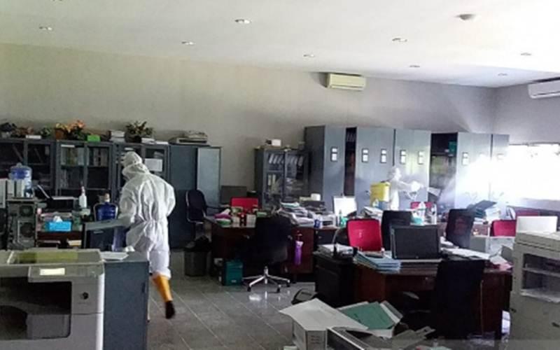 Foto dokumentasi - Petugas melakukan sterilisasi di Kantor Pusat Unej/Antara - HO/ Humas Unej