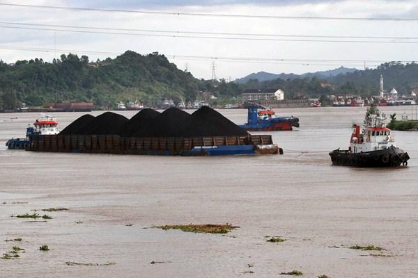 Ilustrasi: Kapal tongkang pengangkut batu bara melintasi sungai Mahakam, di Samarinda, Kalimantan Timur, Minggu 23/4). - JIBI/Paulus Tandi Bone