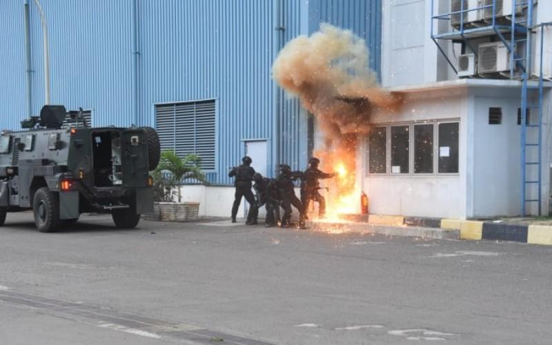 Sejumlah prajurit dari Komando Operasi Khusus TNI tengah melakukan Latihan Penanggulangan Terorisme Tahun 2020 di PT Indonesia Power Provinsi Banten, Selasa (11/8/2020)/Antara - HO/Puspen TNI