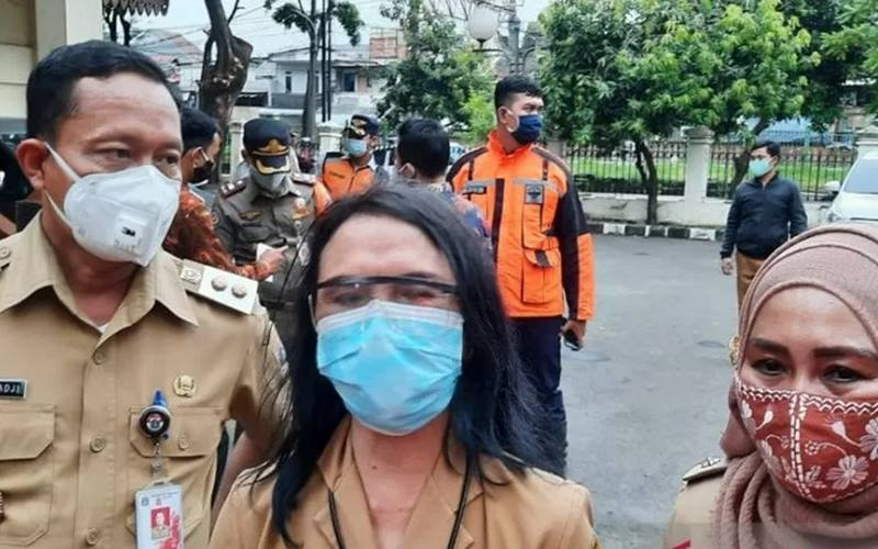 Dari kiri ke kanan: Wakil Wali Kota Jakarta Selatan Isnawa Adji, Kapuskesmas Tebet, Myrna dan Lurah Tebet Timur, Fuziah, usai mengecek rapid test wargaTebet, Senin (23/11/2020). - Antara