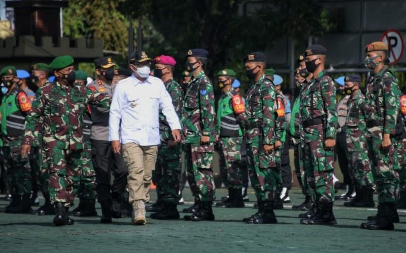Gubernur Jawa Barat Ridwan Kamil menjadi inspektur Apel Gelar Pasukan TNI-Polri dalam rangka Kesiapan Pengamanan Pilkada Serentak 2020 di Mapolda Jabar, Kota Bandung, Selasa (24/11 - 2020).