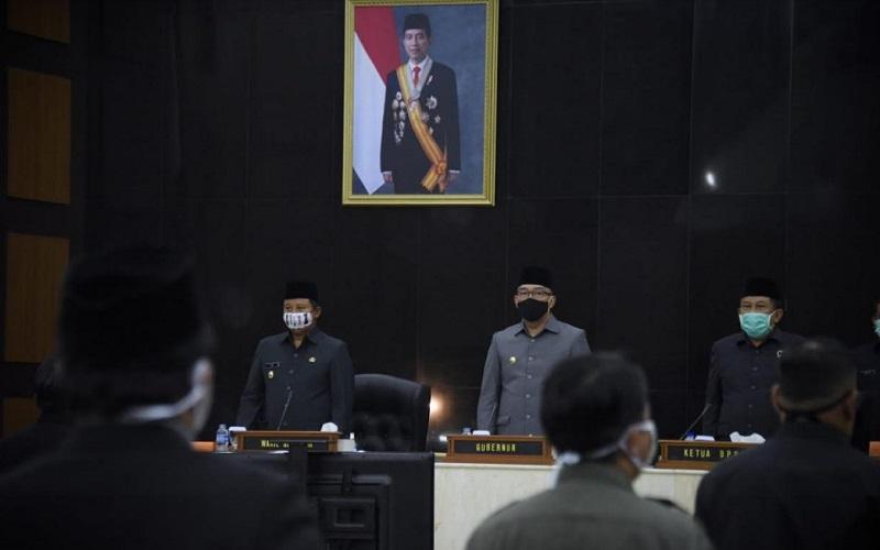 Gubernur Jabar Ridwan Kamil bersama Wagub Jabar Uu Ruzhanul Ulum saat menghadiri rapat pengesahan APBD Jabar 2021 - Istimewa