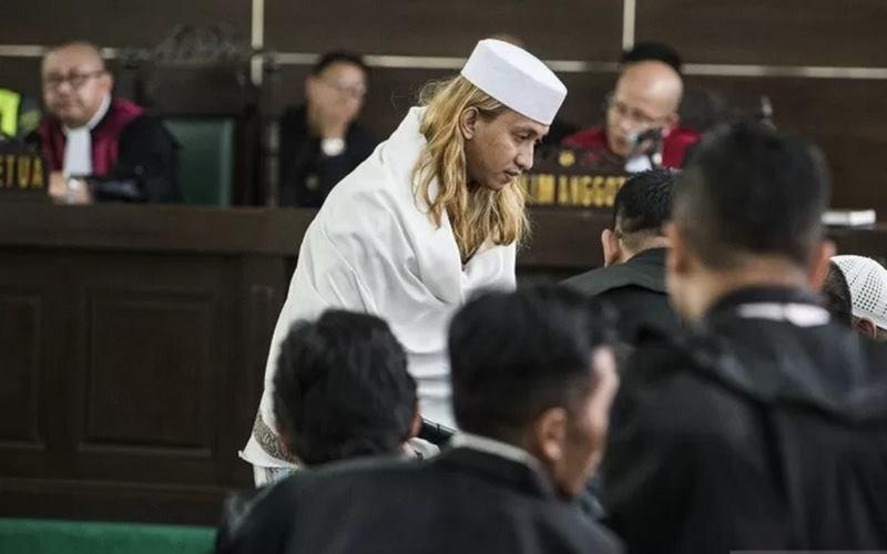 Bahar bin Smith (tengah) berkonsultasi dengan kuasa hukumnya saat sidang putusan di Gedung Arsip dan Perpustakaan, Bandung, Jawa Barat, Selasa (9/9/2029). - Antara\n\n