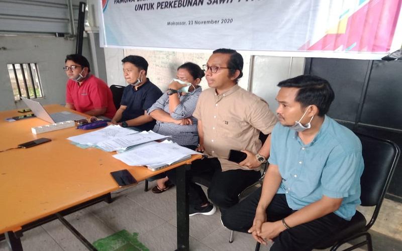 Tokoh Masyarakat Adat Pamona, Evi (tengah) didampingi Pengurus Walhi Sulsel saat konferensi pers terkait perebutan lahan yang dilakukan PTPN - Wahyu Susanto