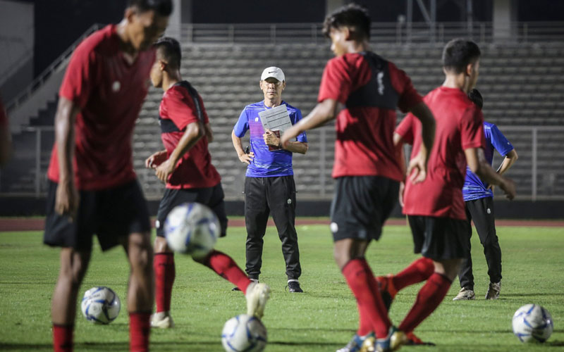 Shin Tae-yong memimpin latihan Timnas Indonesia pada Februari 2020. - PSSI.org