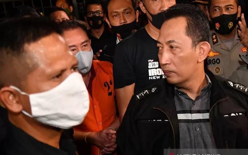 Kepala Bareskrim Polri (kanan) Komjen Listyo Sigit Prabowo menunjukkan buronan kasus korupsi pengalihan hak tagih (cessie) Bank Bali Djoko Tjandra (kedua kiri) yang ditangkap di Malaysia setibanya di Bandara Halim Perdanakusuma, Jakarta, Kamis (30/7/2020). ANTARA FOTO - Nova Wahyudi