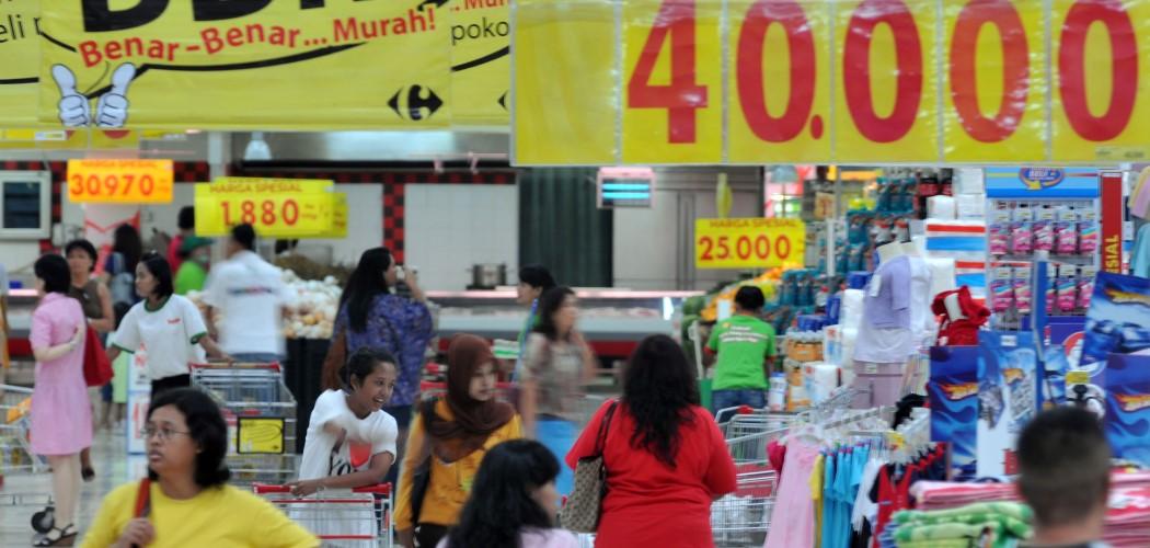 Pelanggan di salah satu gerai Carrefour pada 2010. - Antara / Rosa Panggabean