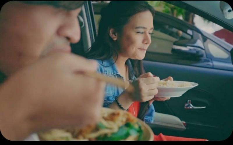 Ilustrasi makan di mobil