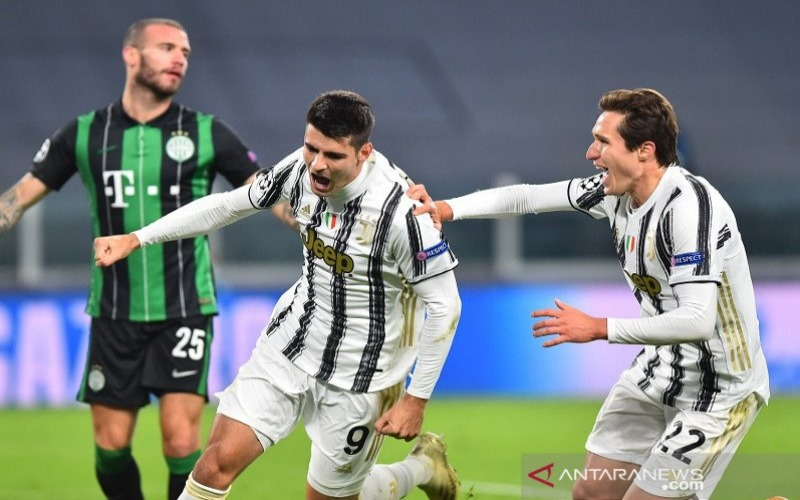Penyerang Juventus Alvaro Morata (kiri) melakukan selebrasi seusai mencetak gol penentu kemenangan atas Ferencvaros dalam lanjutan Grup G Liga Champions di Stadion Allians, Torino, Italia, Selasa (24/11/2020) waktu setempat./ANTARA - REUTERS/Massimo Pinca