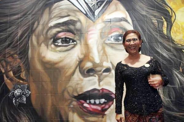 Susi Pujiastuti berpose di depan mural Sus Ayo Sus yang mengambarkan dirinya, di kawasan perempatan Nonogan, Solo, Rabu (20/9). -  JIBI/Sunaryo Haryo Bayu