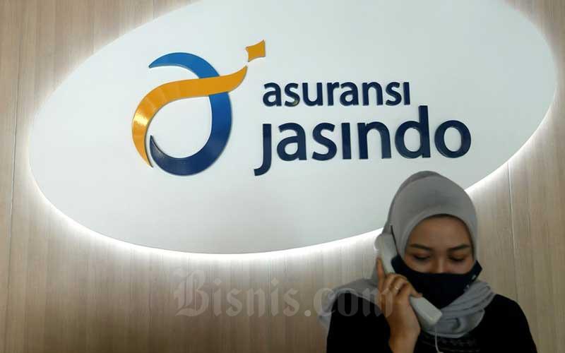 Pekerja beraktifitas di depan logo asuransi Jasindo di Jakarta, Rabu (12/8/2020). Bisnis - Abdurachman