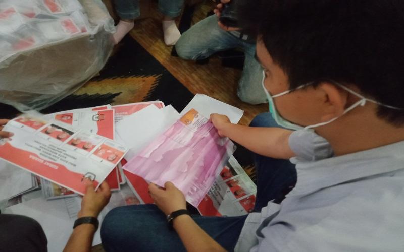 Pengawas dari KPU Daerah Makassar  menunjukkan surat suara Pilkada Makassar 2020 yang dinyatakan rusak di CCC Makassar, Selasa (24/11/2020) - Istimewa