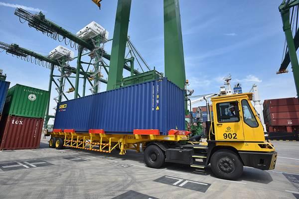 Aktivitas bongkar muat peti kemas di Terminal Peti Kemas Kalibaru, Pelabuhan Utama Tanjung Priok di Jakarta, Selasa (13/9). - Antara/Widodo S. Jusuf