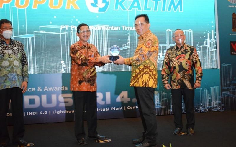 Pupuk Kaltim menerima penghargaan Lighthouse Industry 4.0 dari Kementetian Perindustrian yang diterima oleh SEVP Komersil Pupuk Kaltim Meizar Effendi (dua kanan) pada Rabu (25 - 11).