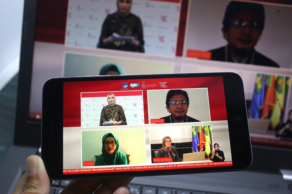 Foto: Tiga guru dan dosen penerima manfaat BSU Deswita Supriyatni (Dosen di Cimahi), Sri Murni (Dosen di Lampung) (kiri bawah), dan Arya Wiratman (Guru di Jakarta Timur) (kanan atas) berdiskusi mengenai Mendukung Para Pendidik Tetap Berkarya di Jakarta, Rabu, 25 November 2020.