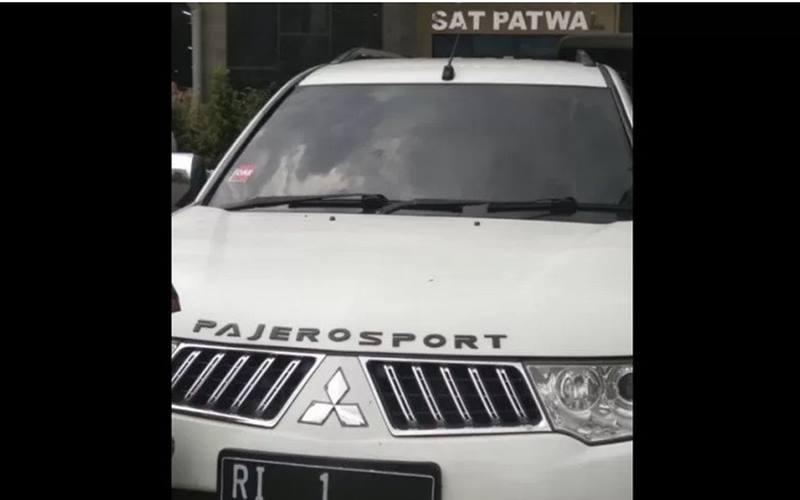 Mobil Mitsubishi Pajero warna putih berpelat RI 1 palsu yang diamankan lantaran pengemudinya berusahan menerobos Mabes Polri. - Antara