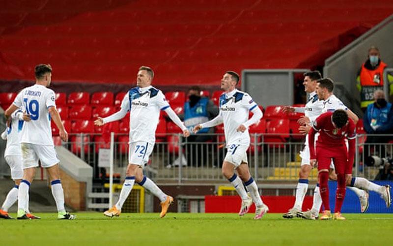 Para pemain Atalanta merayakan gol pertama ke gawang Liverpool. - The Guardian