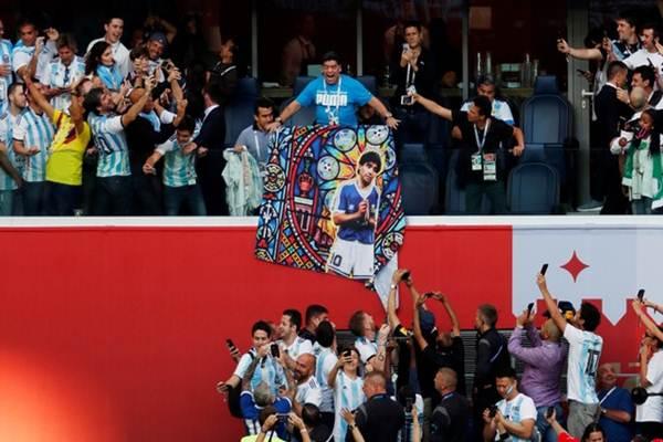 Diego Maradona memampangkan poster dirinya saat Argentina vs Nigeria di Piala Dunia 2018, Rabu (27/6/2018) di Rusia - Reuters