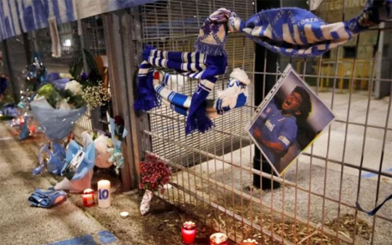 Syal Napoli digantung di pagar saat orang-orang berkumpul di luar Stadion San Paolo di Naples, Italia, untuk berbelasungkawa atas kematian legenda sepak bola Argentina Diego Maradona./Antara - Reuters