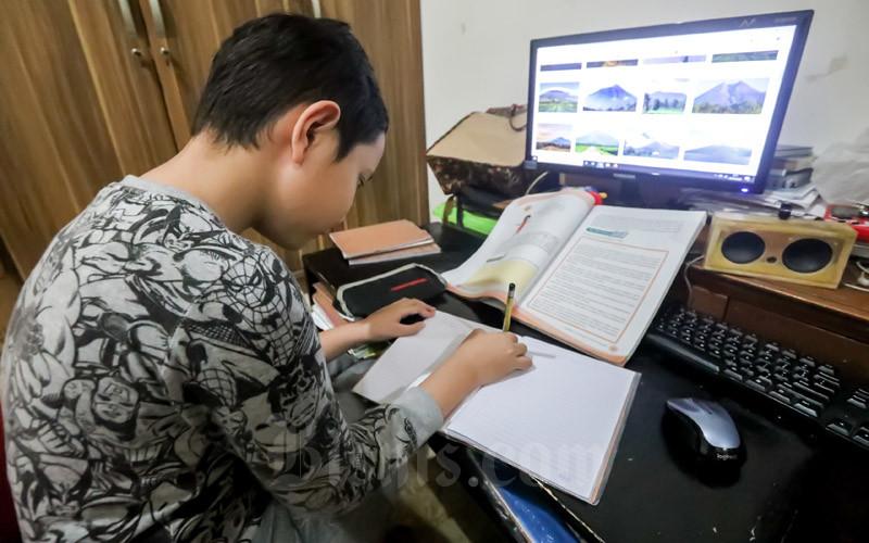 Seorang siwa tengah mengerjakan tugas sekolah dari rumah di Bandung. - Bisnis/Dea Andriyawan