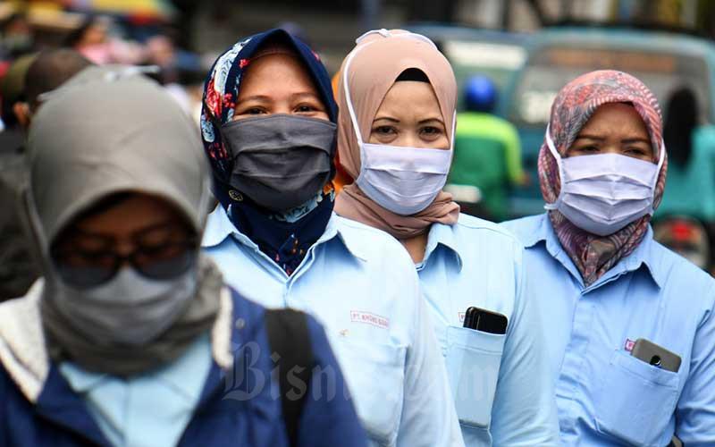 Ilustrasi. Pekerja pabrik pulang seusai bekerja di salah satu pabrik makanan di Jakarta, Sabtu (11/4/2020). - Bisnis/Abdurachman