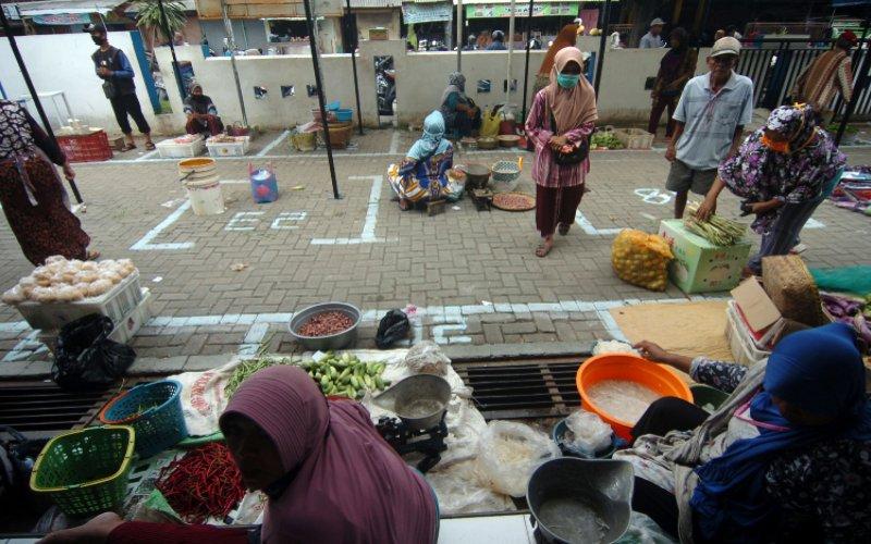 Sejumlah pedagang menunggu pembeli di Pasar Bandung Kimpling, Tegal, Jawa Tengah, Sabtu (2/5 - 2020). Pemerintah Kota Tegal menata para pedagang di lima pasar dengan menerapkan jaga jarak 1 meter antarpedagang sebagai upaya pencegahan penyebaran Covid/19. /ANTARA