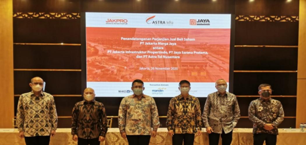 Manajemen Astra Infra dan jajaran dan jajaran PT Jakarta Infrastruktur Propertindo (JIP) serta PT Jaya Sarana Pratama (JSP) setelah penandatanganan jual beli saham pada konsesi Kebun Jeruk - Ulujami. - Dok. Astra Infra