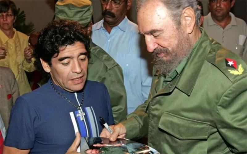 Legenda sepak bola Diego Maradona bertemu dengan Presiden Kuba Fidel Castro pada 27 Oktober 2005. Keduanya meninggal dunia pada tanggal yang sama, 25 November. Castro meninggal pada 2016./Antara - AFP