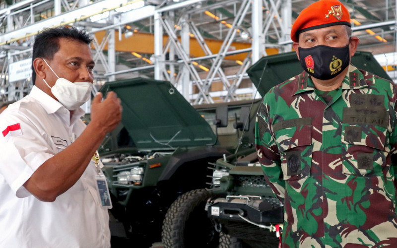 Direktur Utama PT Pindad (Persero) Abraham Mose, dan Dankorpaskhas Marsekal Muda TNI Eris Widodo Y. di fasilitas produksi kendaraan khusus Pindad, Rabu (25/11/2020).  - Pindad