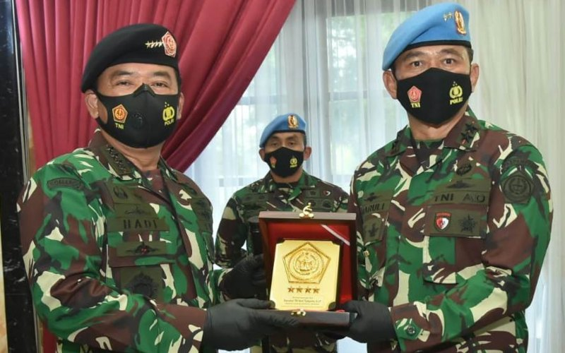Panglima TNI Marsekal Hadi Tjahjanto (kiri) memimpin upacara serah terima jabatan Komandan Paspampres, di kantor Subden Denma Mabes TNI. Kini, Mayjen TNI Maruli Simanjuntak (kanan) dipercaya menjabat sebagai Pangdam IX/Udayana - Twitter_@PuspenTNI