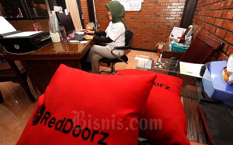Karyawan beraktivitas di salah satu penginapan yang menjadi mitra RedDoorz di Jakarta, Selasa (17/9/2019). Bisnis - Arief Hermawan P\n\n