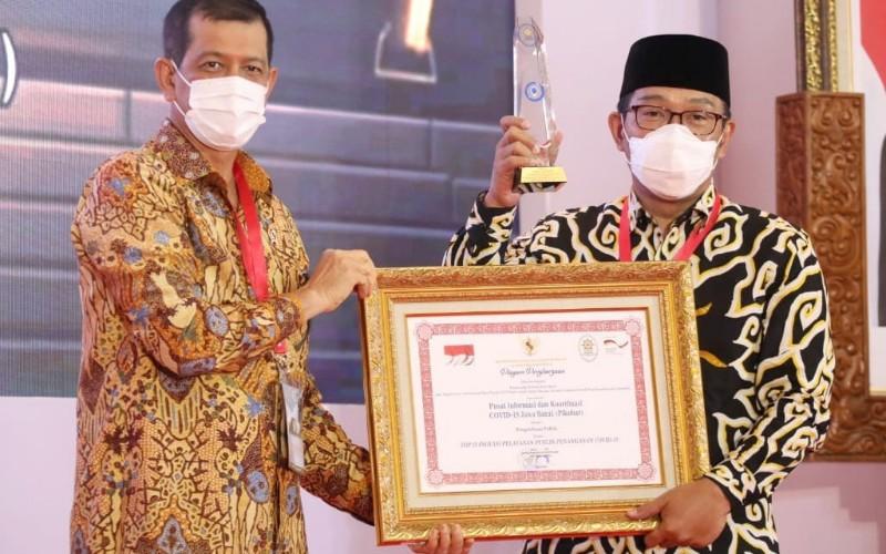Gubernur Jabar Ridwan Kamil menerima penghargaan dari Kepala Badan Nasional Penanggulangan Bencana (BNPB) Doni Monardo - Istimewa
