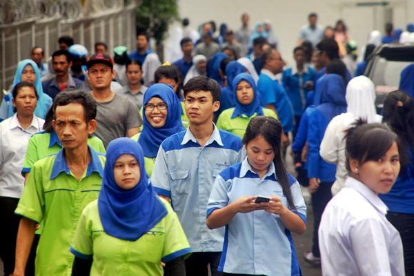 Buruh pabrik garmen berjalan keluar pabrik di Citeureup, Kabupaten Bogor, Jawa Barat, Senin (20/2/2017). - Antara/Yulius Satria Wijaya