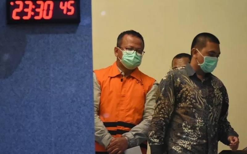 Menteri Kelautan dan Perikanan Edhy Prabowo mengenakan baju tahanan seusai diperiksa di Gedung KPK, Jakarta, Rabu (25/11/2020). - Antara\r\n
