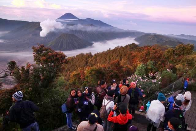 Wisatawan menikmati pemandangan matahari terbit di Gunung Bromo, Jawa Timur, Rabu (26/4/2017). - Bisnis/Abdullah Azzam