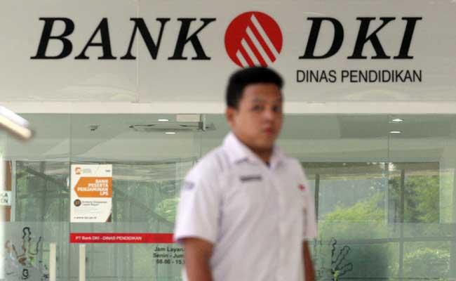 Warga melintas didekat logo bank DKI di Jakarta. Bisnis - Dedi Gunawan