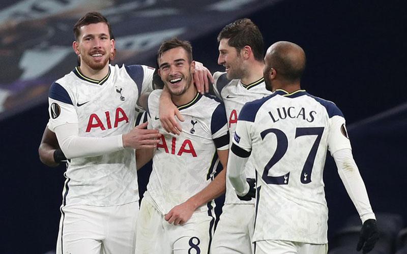 Para pemain Tottenham Hotspur bersukacita selepas Harry Winks (kedua kiri) mencetak gol ketiga timnya ke gawang Ludogorets Razgrad. - Twitter@SpursOfficial