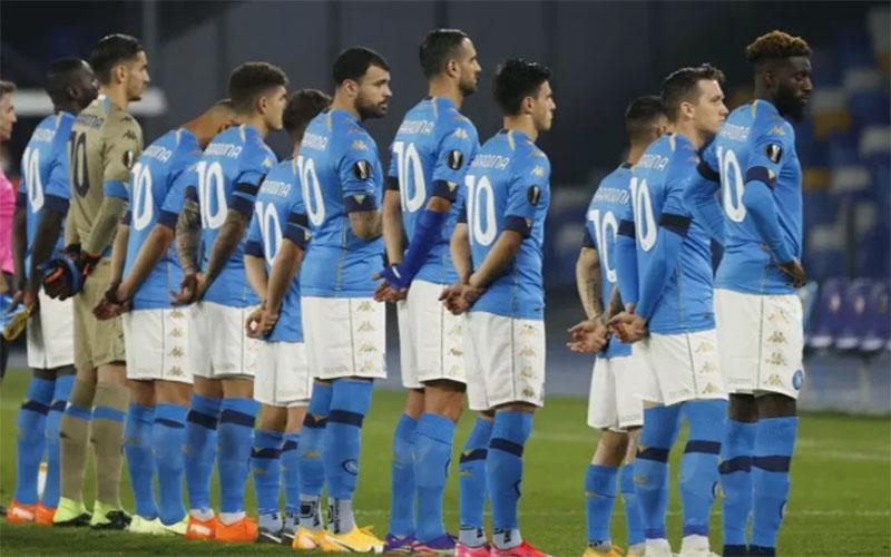 Seluruh pemain Napoli menghenakan kaos nomor 10 bertuliskan Maradona menjelang pertandingan melawan Rijeka./Antara - Reuters