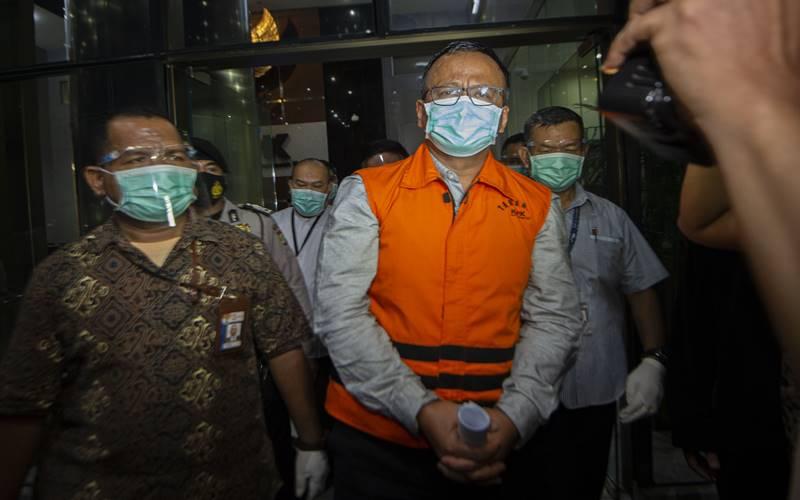 Menteri Kelautan dan Perikanan Edhy Prabowo (tengah) berjalan menuju mobil tahanan usai menjalani pemeriksaan terkait kasus dugaan korupsi ekspor benih lobster di Gedung KPK, Jakarta, Kamis (26/11/2020) dini hari. KPK menetapkan tujuh tersangka dalam kasus dugaan korupsi tersebut, salah satunya yakni Menteri Kelautan dan Perikanan Edhy Prabowo. - Antara