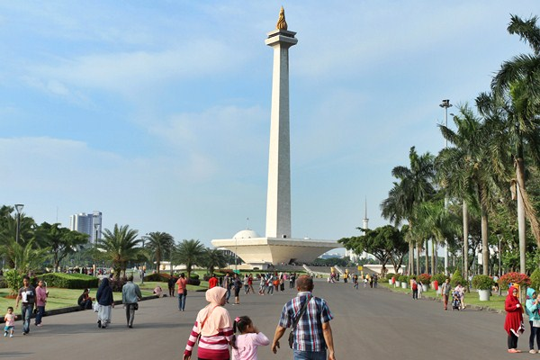 Warga mengunjungi kawasan Monumen Nasional (Monas) di Jakarta, Jumat (14/4). - Antara/Angga Budhiyanto