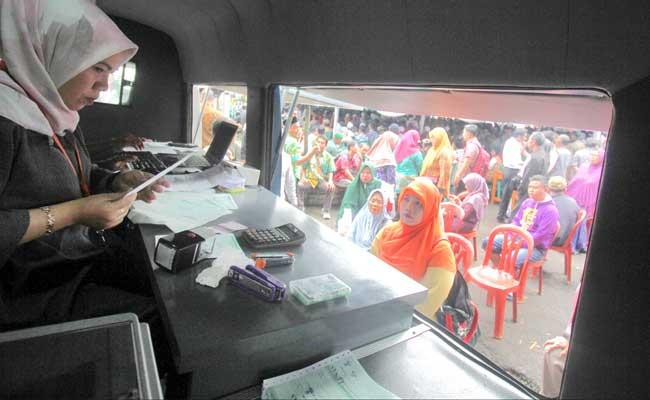 Wajib pajak mengurus pajak di Pelayanan Mobil Pajak Daerah di kawasan Citeureup, Bogor, Jawa Barat, Rabu (30/1/2019).ANTARA FOTO - Yulius Satria Wijaya