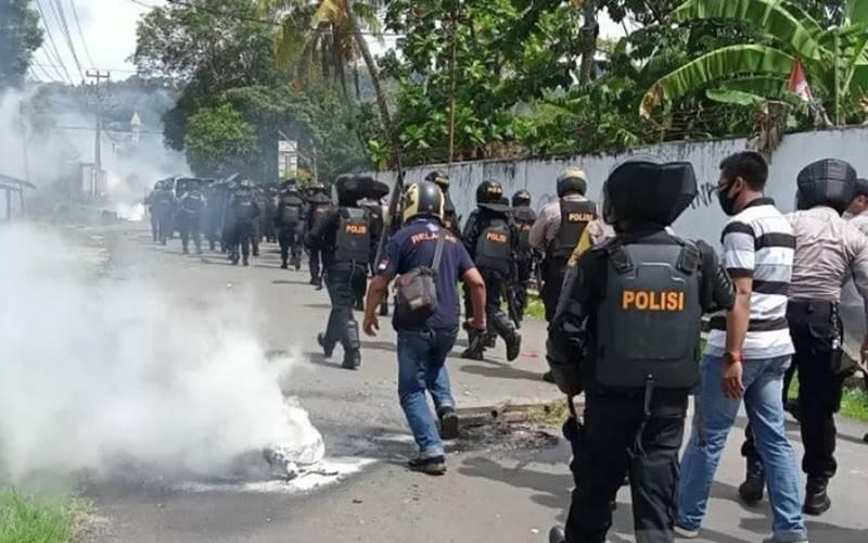 Posisi saat memukul mundur massa aksi demo Papua Merdeka di Kota Sorong, Jumat (27/11/2020). - Antara