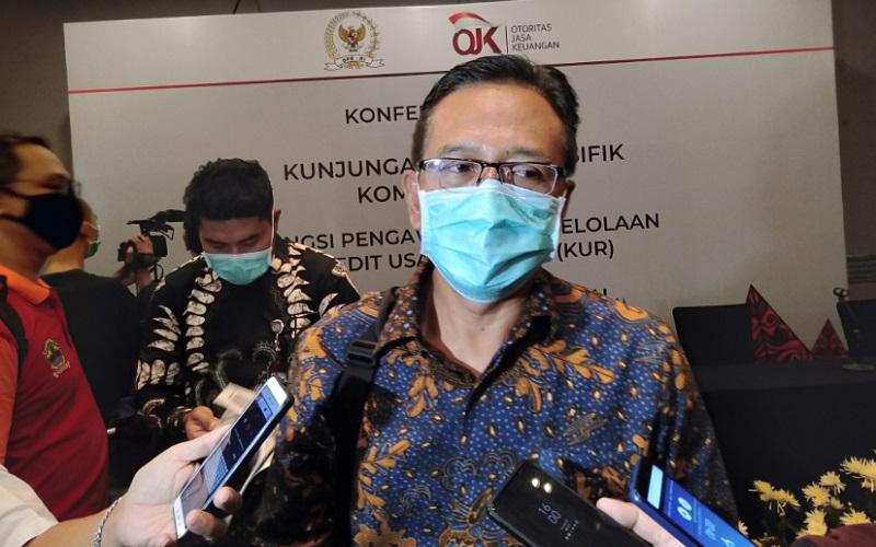 Kepala OJK Jateng DIY Aman Santosa saat memberikan keterangan kepada wartawan. - Bisnis/Alif Nazzala Rizqi