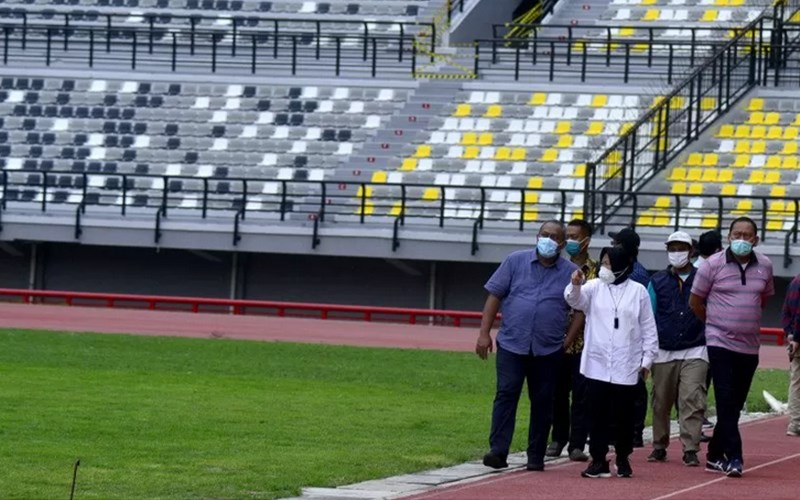 Peninjauan Stadion Gelora Bung Tomo oleh Wali Kota Surabaya, Tri Risma/ - Antara