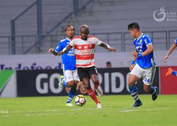 Greg Nwokolo (tengah) - Liga Indonesia