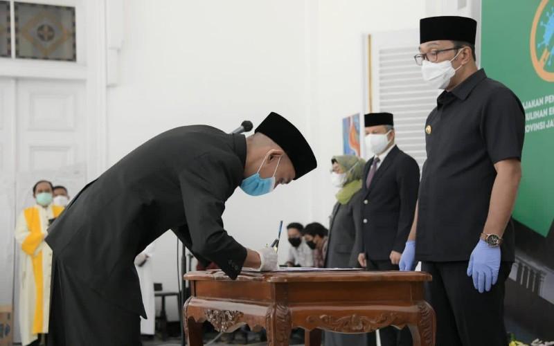Gubernur Jabar Ridwan Kamil saat melantik dan mengambil sumpah jabatan sejumlah ASN di lingkungan Pemda Provinsi Jabar untuk jabatan struktural/administrator, pengawas, dan fungsional, di Gedung Pakuan, Kota Bandung, Jumat (27/11 - 2020).