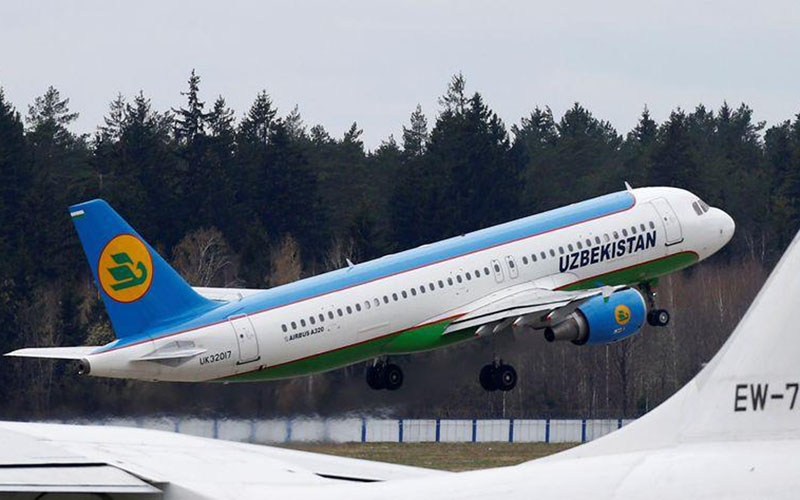 Pesawat Airbus A320-200 milik Uzbekistan Airways lepas landas di Bandara Minsk di Belarusia pada 19 April 2018./Reuters - Airways