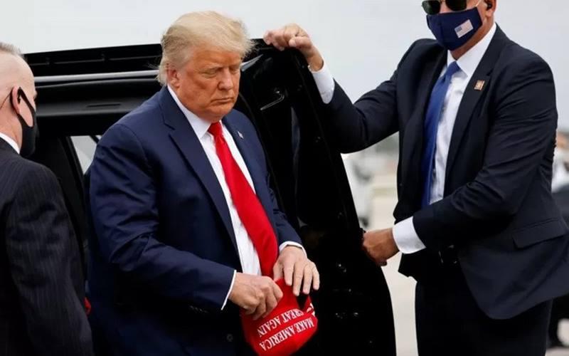 Presiden Donald Trump saat hendak terbang bersama Air Force One meninggalkan Florida untuk berkampanye di North Carolina, Pennsylvania, Michigan dan Wisconsin, di Bandara Internasional Miami International, Florida, AS, 2 November 2020. - Antara/Reuters\r\n