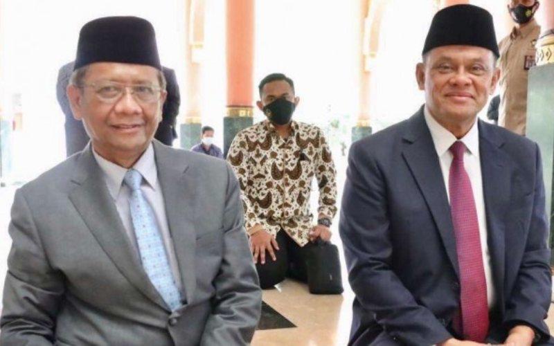 Menko Polhukam Mahfud MD duduk bersebelahan dengan mantan Panglima TNI Gatot Nurmantyo di Masjid Kampus UGM, Yogyakarta / twitter mohmahfudmd