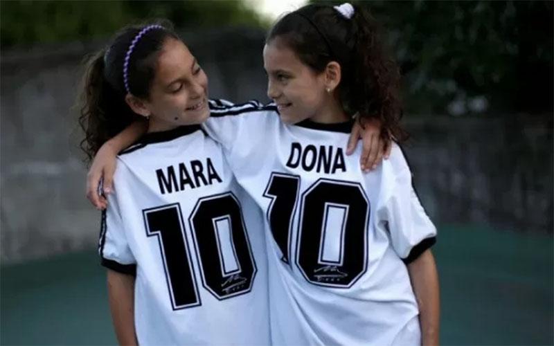 Mara dan Dona, putri kembar Walter Gaston Rotundo, berpose di rumah mereka, di Buenos Aires, Argentina, 27 November 2020../Antara - Reuters